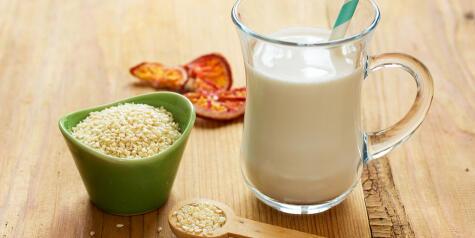 La leche de ajónjolí puede ganar sabor si previamente tuestas el grano.