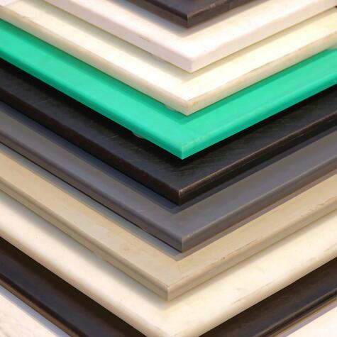 Con dos tablas basta: mejor si son de color o material distinto, para que puedas diferenciarlas.