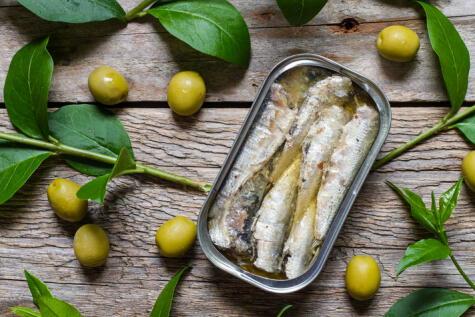 Sardinas en aceite de oliva: uno de los complementos que acompañan al producto principal, que es el pescado.