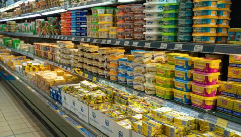 A la hora de escoger mantequilla o margarina, compara sus valores nutricionales y fíjate que no contenga grasas trans.