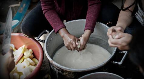 Con lo poco que tienen, estas ollas comunes dan de comer a unas 130 mil personas.