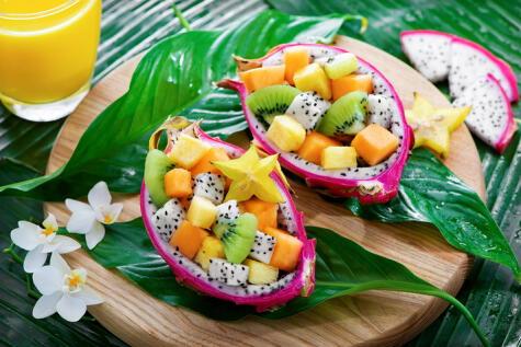 Comerla fresca es la mejor forma, para aprovechar su fibra y vitaminas. Es muy versátil y combina muy bien con otras frutas.