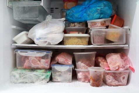 Mantén tu congelador en orden, y si es posible, etiqueta los recipientes con la fecha de congelado.