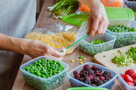 Usa recipientes con cierre hermético, sean bolsas o tapers.
