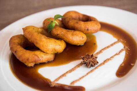 La miel de los picarones lleva hojas de higo: el secreto del sabor.