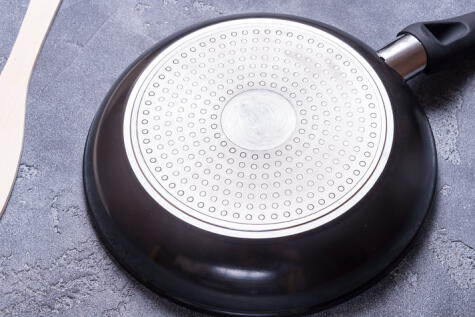 Hay muchas marcas que trabajan con Teflón; el peso, sin embargo, es una marca de calidad, para evitar malformaciones de la sartén.