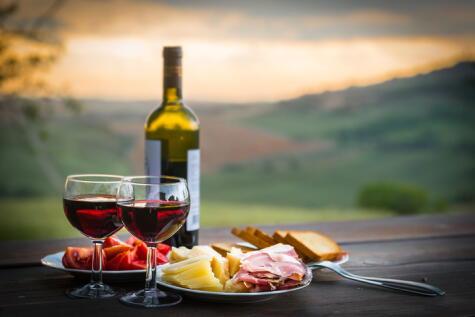 La llamada dieta mediterránea es considerada una de las saludables del mundo: incluye vino de consumo recurrente.
