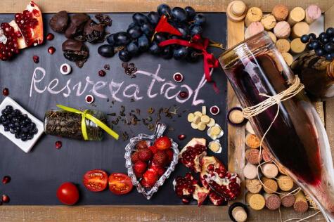 El resveratrol tiene muchos beneficios para la salud y se encuentra en frutos rojos , como las fresas y la granada.