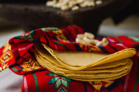 La tortilla de maíz es la base de la alimentación de la nación mexicana.