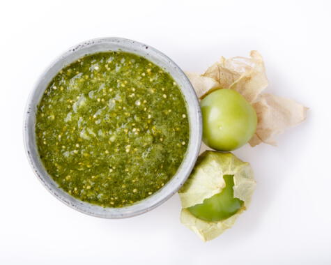La salsa verde, hecha con tomatillos verdes, es una de las clásicas salsas para acompañar tacos.