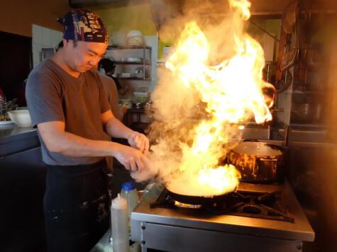 Tomás empezó a cocinar con su papá, pero desde hace 9 años está a cargo de la cocina de Al Toke Pez.