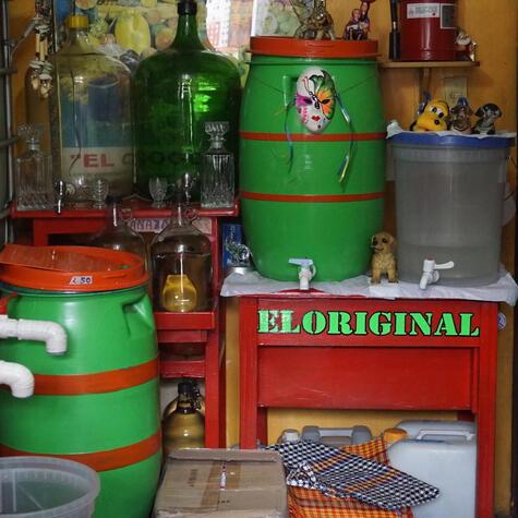 Puesto de venta de alcohol y cañazo en Cajamarca. En muchos de estos lugares se adultera el aguardiente.