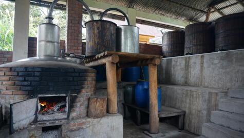 Alambique y tanques de fermentación en Oxapampa, Pasco, uno de los lugares de mayor producción de cañazo.