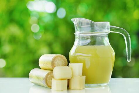 Luego de extraer el jugo de caña, se fermenta y se destila para obtener el espirituoso llamado cañazo.