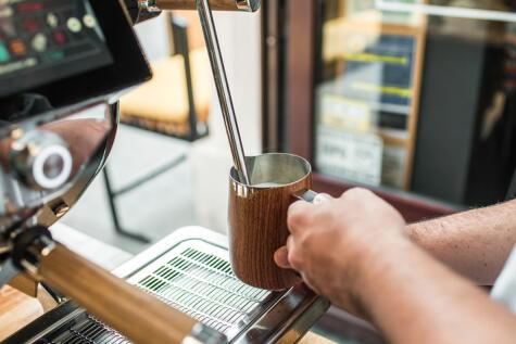 Las leches descremadas y semi descremadas ya se encuentran como alternativa a la leche entera en muchas cafeterías.