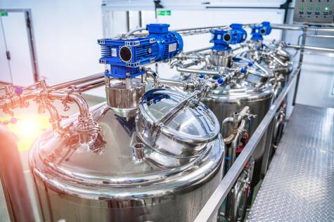 Máquinas para la pasteurización de la leche, indispensable para eliminar patógenos.
