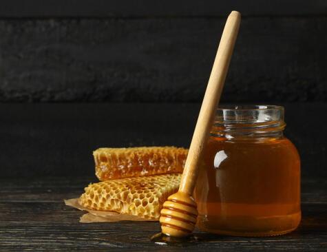 La miel de abeja se considera un producto saludable, pero debe consumirse con moderación.