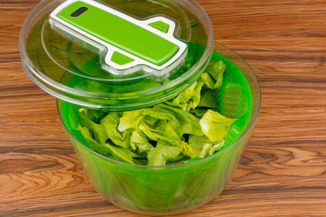 Las centrifugadoras sirven para escurrir el exceso de humedad de las hojas de las hortalizas.