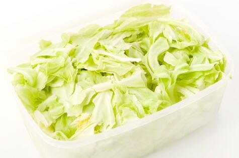 Las hojas sueltas o cortadas pueden ir en un recipiente con una base de papel toalla y bien ventiladas.