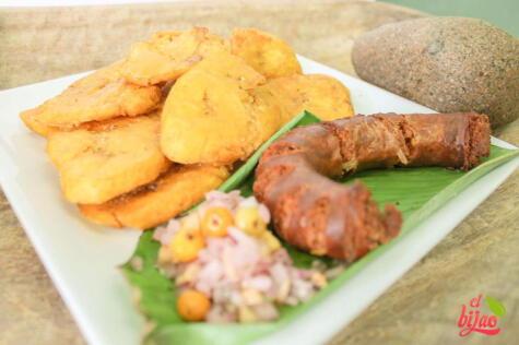"""Este piqueo amazónico de <strong><a href=""""https://www.instagram.com/elbijaolima/"""">El Bijao</a></strong> lleva patacones, chorizo regional y salsa de cocona."""