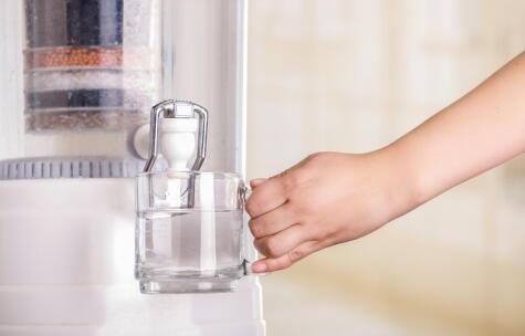 """Para ofrecer agua """"alcalina"""", el sistema combina carbón activado, microesponja y otros minerales."""