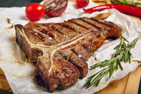 El T-bone, como la chuleta, se cocina con hueso, y pegada a él se encuentra la carne más jugosa.