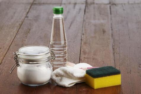 Juntos son dinamita: bicarbonato y vinagre... y algo de fuerza.