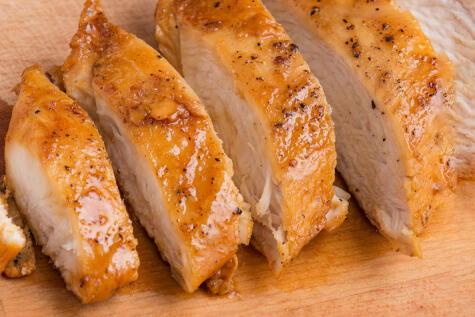 La pechuga sin pellejo es más saludable que una presa con piel pero también de un sabor menos intenso.