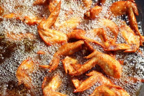 La fritura no es precisamente la forma más sana de comer alitas.