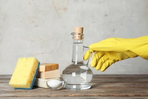 El vinagre y el bicarbonato eliminan el sarro y dejan el hervidor como nuevo.