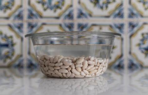 Remojar los frejoles es clave para que se cocinen más rápido. Se recomienda toda la noche.