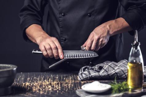 La chaira no saca filo, lo corrige, por eso es indispensable entre las herramientas del cocinero.