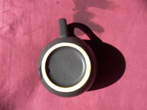 La base de la taza de cerámica sirve para afilar los cuchillos en casa.