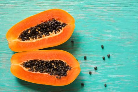 Las pepas de la papaya se usan para suavizar la carne, gracias a la papaína.