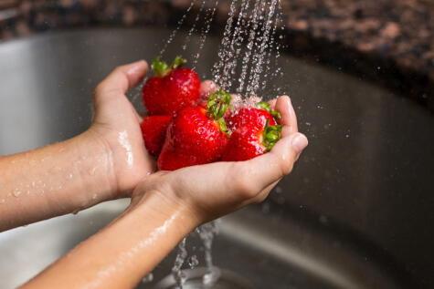 El lavado de las fresas, como en otras frutas y verduras, ayuda a su desinfección.