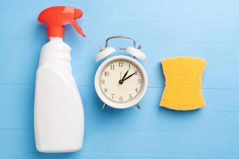 Sumergirlo en agua con lejía unos 10 minutos bastan para desinfectar estos implementos de limpieza.