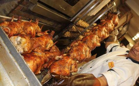 El hornero tiene un papel clave en toda pollería: de sus manos salen cientos de pollos diarios.