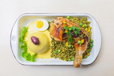 Es el menú más popular entre los limeños: arroz con pollo y papa a la huancaína.