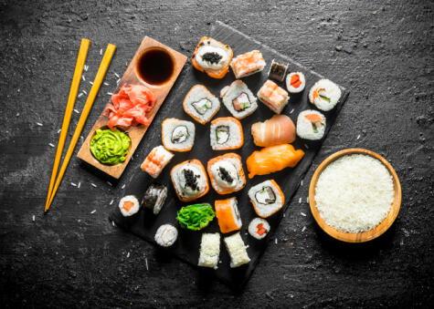 El sushi abarca una variedad de preparaciones en las que predomina el arroz.