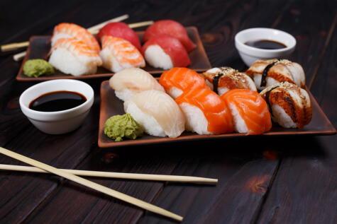 Una base de arroz y un producto marino encima: minimalismo culinario.