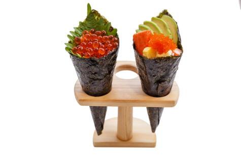 Un cono de nori envolviendo una mezcla de arroz y otros productos.