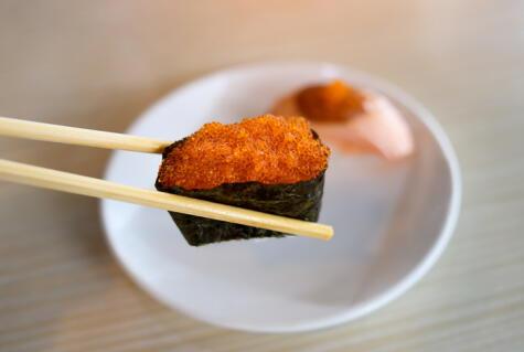 El gunkan suele llevar como <em>topping</em> conchas, almejas, erizos o huevas de algún pescado.