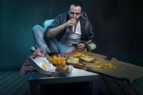 Evita el alcohol en exceso, así como la comida ultra procesada, rica en azúcares, grasas saturadas y sal.