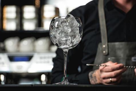 Para refrescar hay que usar buenos hielos. Pero en vez de una copa, usarás el vaso de la licuadora.
