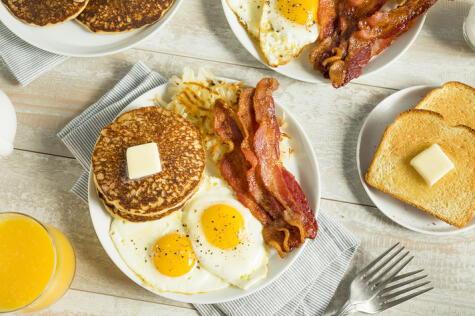 Un típico desayuno americano no puede dejar de tener pancakes.