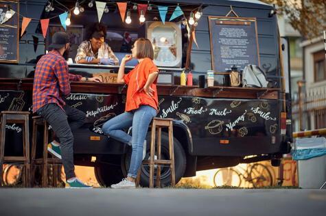 En muchas ciudades, la comida de la calle vienen en forma de camiones de comida o Food Trucks.