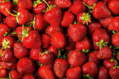 Limpiar y cortar las fresas para eliminar la ramita y las partes malogradas.