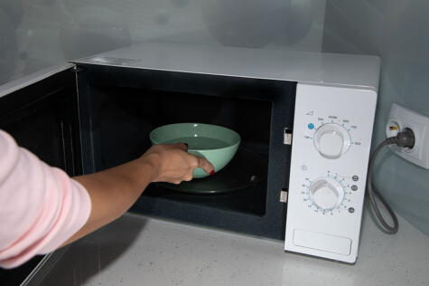 El recipiente con agua y limón o vinagre es súper útil para la limpieza interior del microondas.