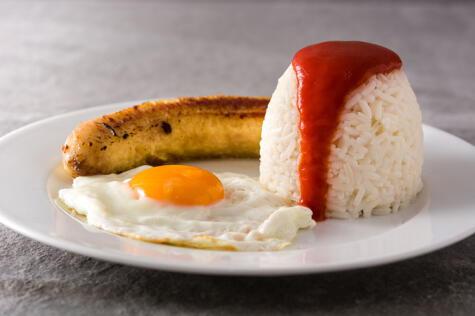 En España, el arroz a la cubana se sirve con salsa de tomate.