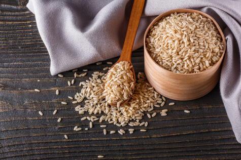 Es arroz integral es tres veces más rico en fibra que el blanco.